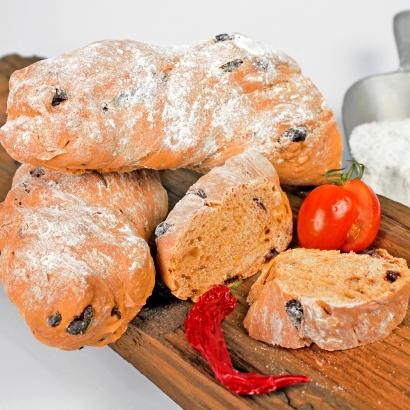 Chili-Wurzelbrot mit getrockneten Tomaten ist ein kräftiges Brot