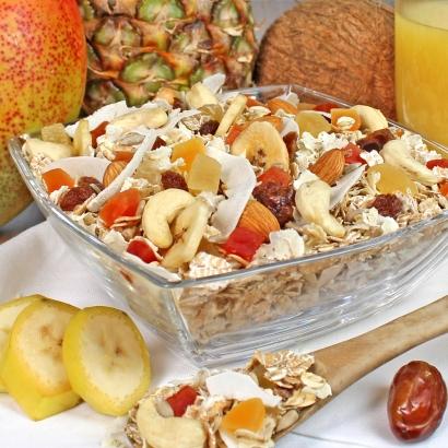 Eine Müslimischung mit tropischen Früchten und Cocos