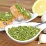 Hanföl Pesto mit frischen Kräutern lecker auf geröstetem Baguette