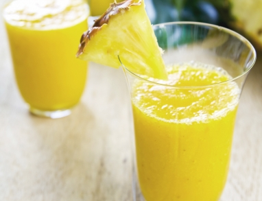 Ein leckerer Smoothie mit Ananas, Orangen, Hanföl und Ingwer mit vielen Omega Fettsäuren