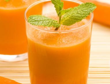 Ein leckerer Smoothie mit Ananas, Karotten und Haferkleie mit vielen Ballaststoffen