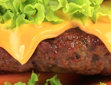 Ein leckerer Burger mit viel Eiweiß durch Leinsaat und Rindfleisch