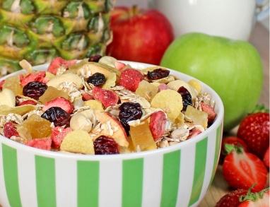 Eine fruchtig nussige Müslimischung mit Erdbeeren, Ananas und Cranberries