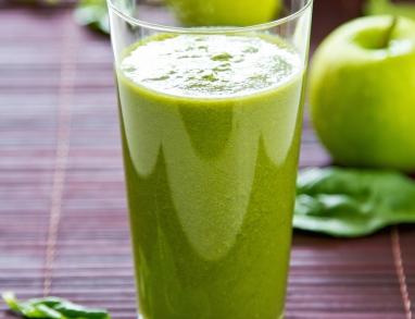 Entgiftungssmoothie mit Spinat, Karotten, Artischocken und Haferkleie