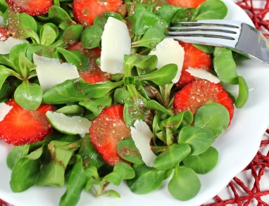 Ein frischer und fruchtiger Salat mit Hanföl Dressing