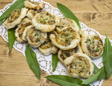 Blätterteigschnecken mit Käse und Kräutern