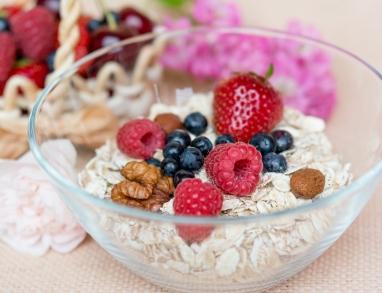 Getreideflocken mit frischen Früchten und Nüssen