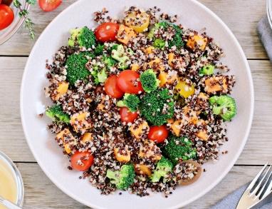 Quinoa-Salat mit Mango Brokkoli und Tomaten