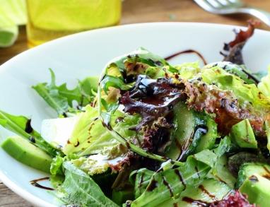 Kräuter Salat mit Kräuter und Avocado