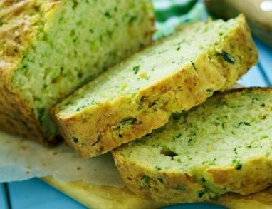 Ein grüner Kuchen mit Zucchini und Kürbiskernöl